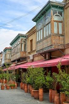Paysage de rue de la vieille ville de tbilissi. âme et atmosphère de géorgie. une rue déserte, des tables libres dans un café. pandémie de coronavirus. tbilissi, géorgie - 17/03/2021