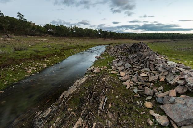 Paysage avec un ruisseau, près de granadilla. estrémadure. espagne.