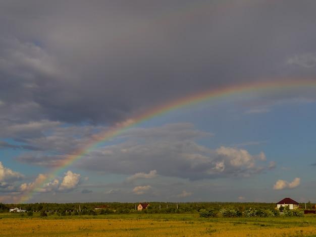 Paysage rural avec un arc en ciel