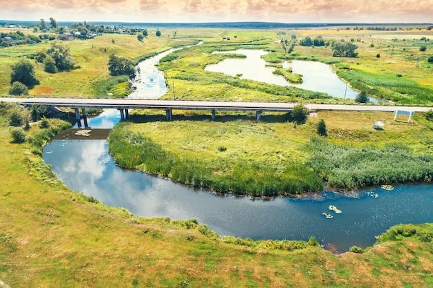 Paysage rural d'été. vue aérienne. vue sur le village, la rivière, les champs verts et la route