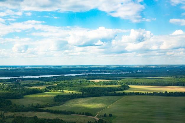 Paysage rural d'une rivière et d'un ciel de champ de vue d'oiseau dessus