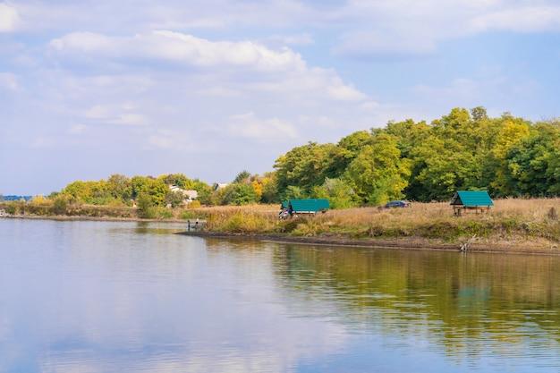 Paysage rural rivière ciel nuages paysage. rive de la rivière nature. paysage de rivière de campagne. nuages ciel rivière