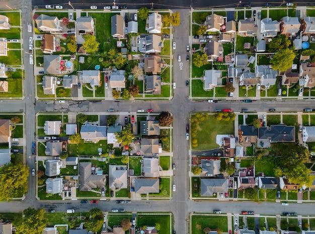 Paysage saisonnier pittoresque d'en haut vue aérienne d'une petite ville de campagne