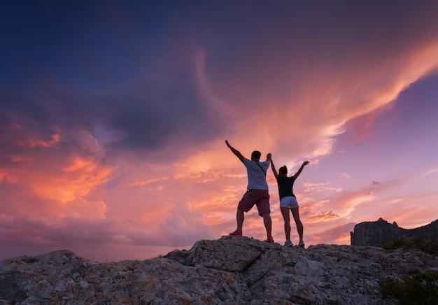 Paysage avec des silhouettes d'un jeune homme et femme debout