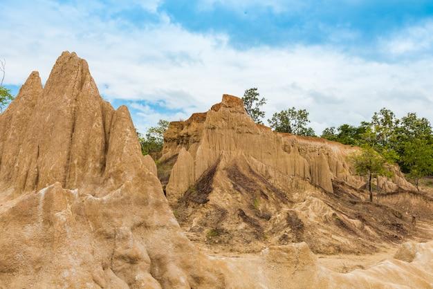 Paysage de sol texturé piliers de grès érodés