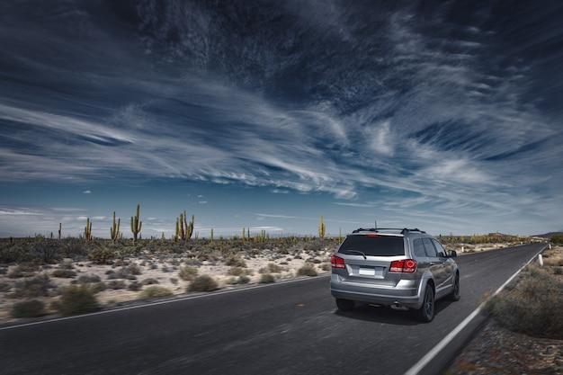 Paysage spectaculaire avec une route à travers un désert mexicain à san ignacio, baja california, mexique