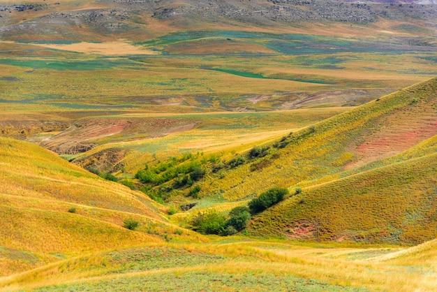 Paysage de steppe géorgienne sur le chemin vers l'est de tbilissi au complexe du monastère david gareji.