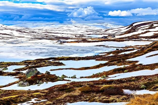 Paysage surréaliste : montagnes, lac et terre en scandinavie