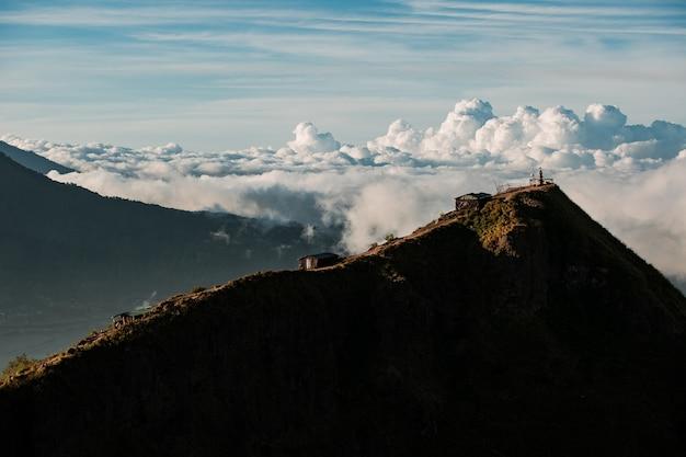 Paysage. temple dans les nuages au sommet du volcan batur. bali, indonésie