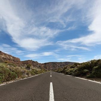 Paysage de ténérife des îles canaries avec route, montagne et ciel
