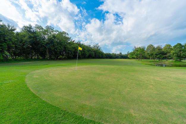 Paysage de terrain de golf avec des nuages de ciel bleu.