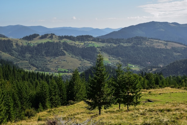 Paysage de terrain rocheux montagneux avec un sentier sur fond de ciel bleu avec des nuages