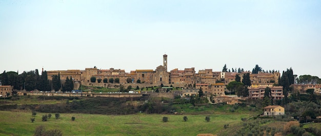 Paysage toscan avec des bâtiments anciens de barberino val d'elsa.