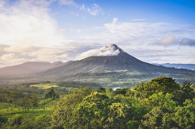 Paysage tropical avec un volcan roulé par un nuage