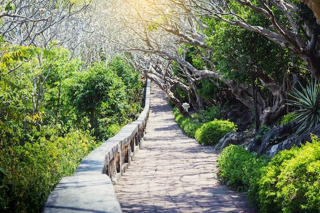 Paysage de tunnels dans le parc historique de phra nakhon khiri (khao wang)