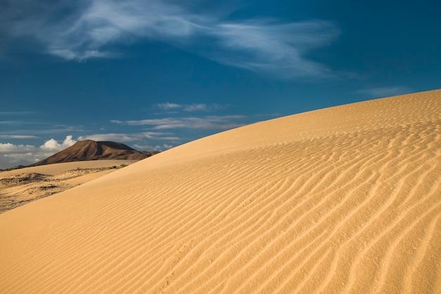 Paysage typique des dunes de sable et des volcans de fuerteventura îles canaries espagne