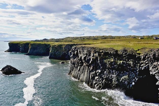 Paysage typique de la falaise au coucher du soleil au lever du soleil islandais à arnarstapi (gattkletur) dans la péninsule de snæfellsnes en islande.