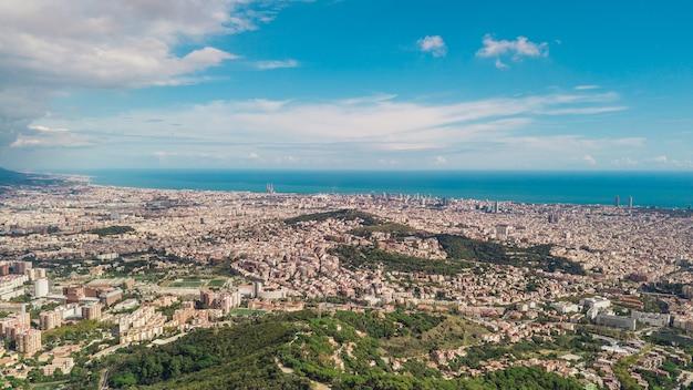 Paysage urbain de barcelone en journée ensoleillée. vue aérienne