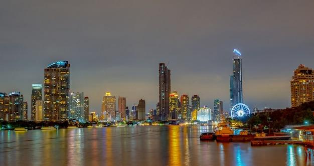 Paysage urbain de bâtiment moderne près de la rivière dans la nuit. immeuble de bureaux d'architecture moderne. gratte-ciel avec ciel du soir.