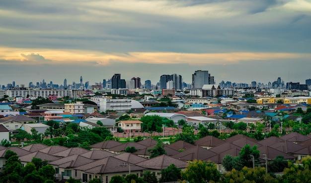 Paysage urbain de beau ciel urbain et nuageux en soirée