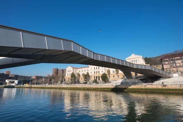 Paysage urbain de bilbao, pont sur la ria nervion, bilbao, pays basque, espagne.