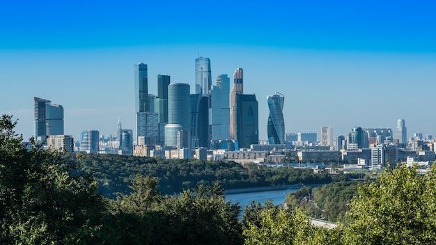 Paysage urbain de la colline des moineaux affichage des gratte-ciel modernes à moscou russie