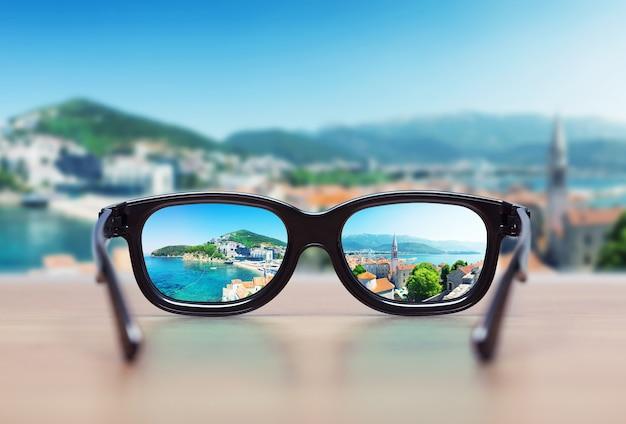 Paysage urbain concentré dans les verres de lunettes. notion de vision