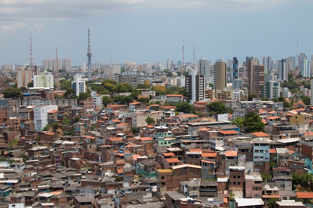 Paysage urbain avec contraste social entre favela et bâtiments.