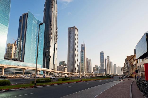 Paysage urbain de dubaï avec des routes
