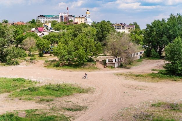 Paysage urbain d'été wasteland à la périphérie de la ville