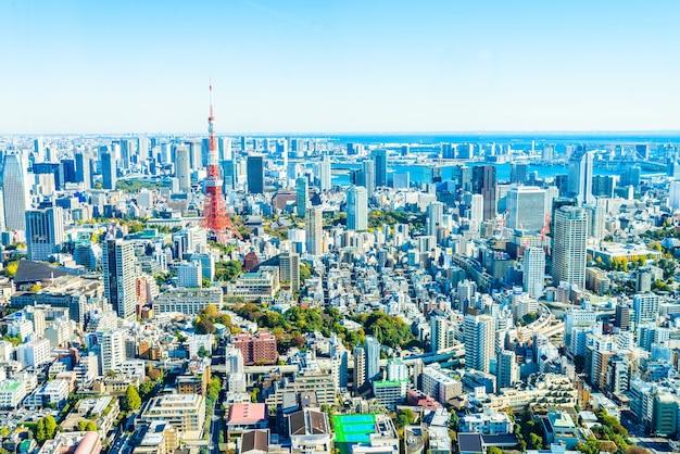 Paysage urbain fantastique avec des gratte-ciel et les arbres