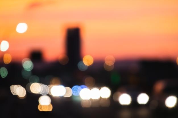 Paysage urbain avec feux de voitures au pont et bâtiment illuminés la nuit, faible profondeur de champ