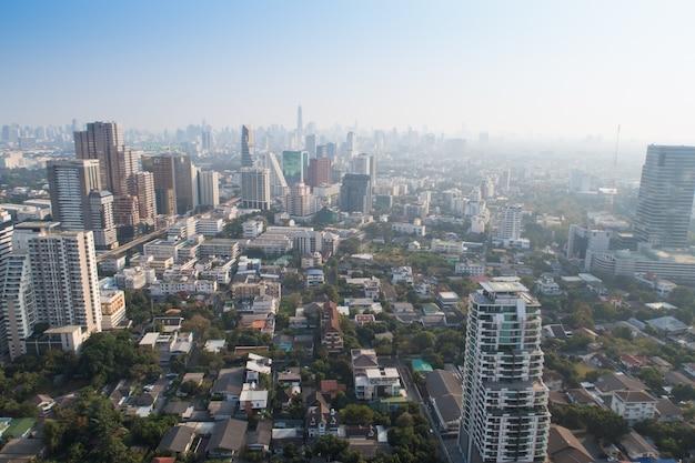 Paysage urbain avec gratte-ciel et ciel bleu