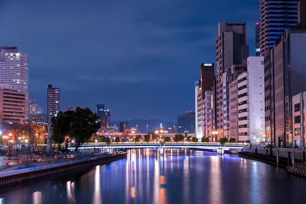 Paysage urbain de hauts gratte-ciel de bureaux gratte-ciel d'appartements à osaka au japon