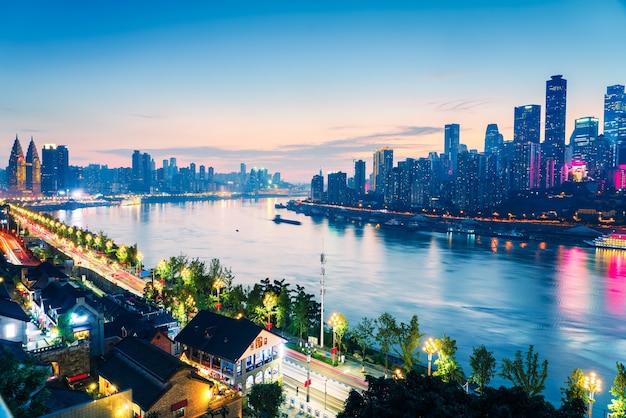 Paysage urbain et horizon du centre-ville près de l'eau de chongqing la nuit