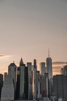 Paysage urbain avec des immeubles de grande hauteur au coucher du soleil