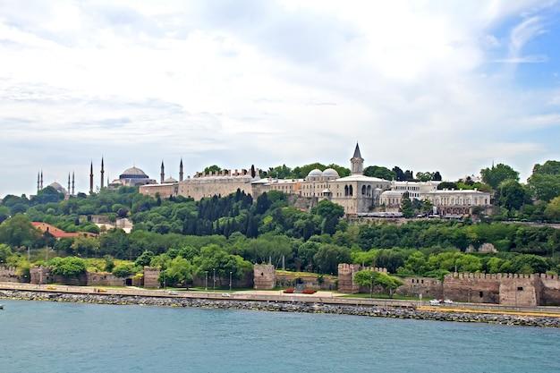 Le paysage urbain d'istanbul, turquie, vue depuis le détroit du bosphore