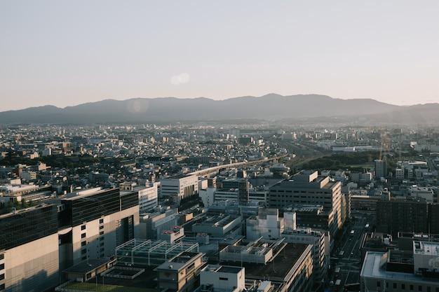 Paysage urbain de kyoto avec le lever du soleil dans un style vintage de film