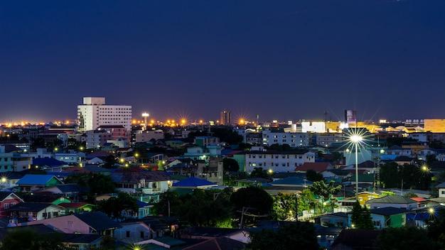 Paysage urbain de lumière urbaine et belle nuit