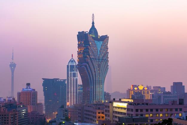 Paysage urbain de macao au crépuscule, tous les hôtels et casino sont colorés et illuminés, à macao, en chine.