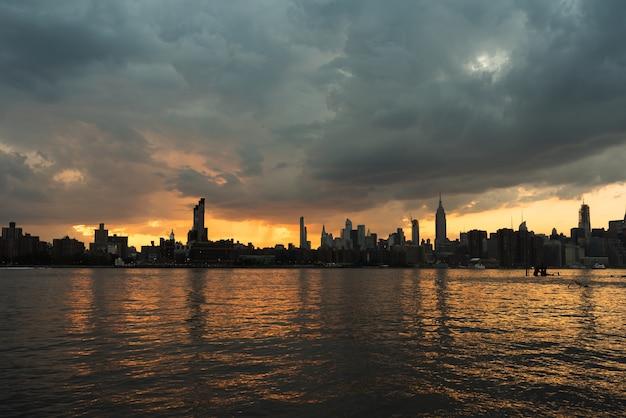 Paysage urbain de manhattan au coucher du soleil