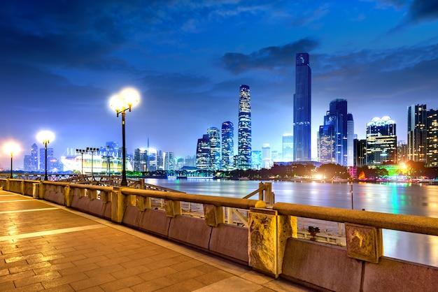 Paysage urbain moderne de nuit