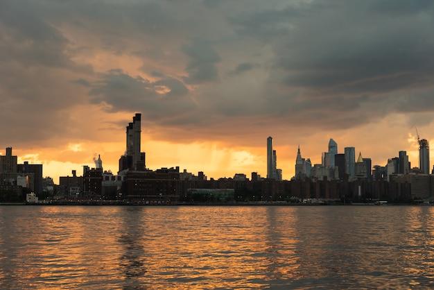 Paysage urbain de new york au coucher du soleil