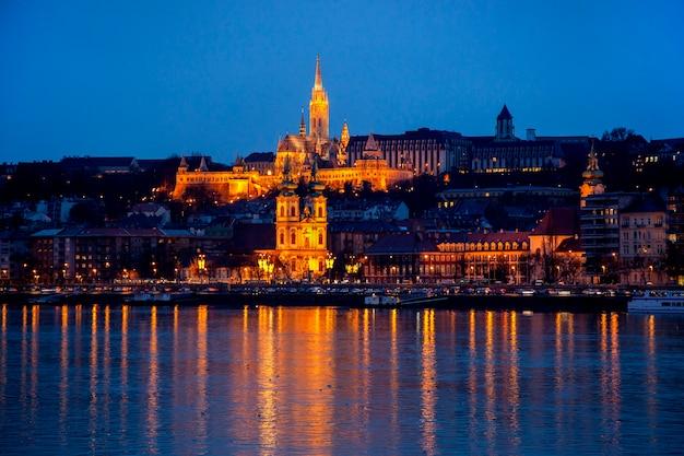 Paysage urbain de nuit de budapest avec la basilique saint-étienne, danube - image.
