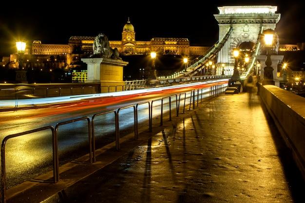 Paysage urbain de nuit de budapest avec la basilique saint-étienne, le danube et le pont à chaînes szechenyi - image.