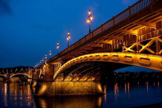 Paysage urbain de nuit de budapest avec pont à chaînes zechenyi - image.