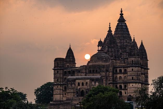Paysage urbain d'orchha, temple hindou de chaturbhuj. aussi orthographié orcha, célèbre destination de voyage dans le madhya pradesh, en inde.