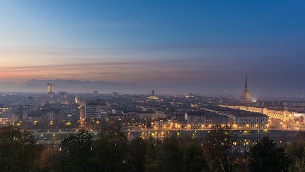 Paysage urbain panoramique de turin (torino) du haut au crépuscule