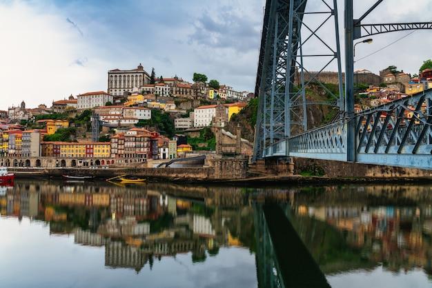 Paysage urbain panoramique de la vieille ville de porto au portugal - quartier de ribeira porto