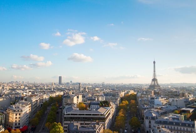 Paysage urbain de paris en journée ensoleillée d'en haut, france